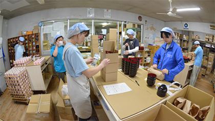 包装部 商品へのシール張り~商品出荷までの作業